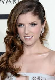 side swoop hairstyles anna kendrick s curly side swept hairstyle at the 2014 grammy