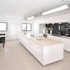 grand ilot de cuisine un grand îlot central dans une cuisine blanche design