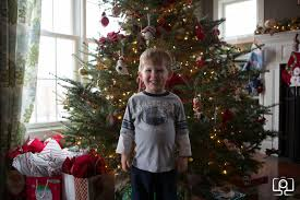4 essentials for a better pic in front of the christmas tree