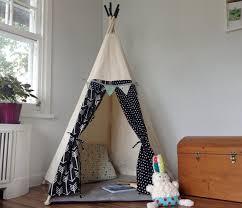 tipi pour chambre tipi pour enfant cachette cabane tente par babillesetbabioles