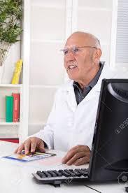 sexe au bureau occupation portrait d un médecin de sexe masculin âgé assis dans le