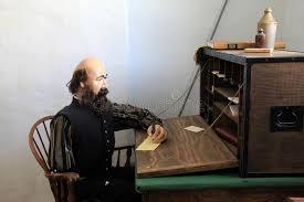 famille bureau mannequin masculin se reposant au bureau écrivant des lettres à la