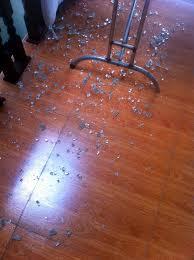 vo bong cuong phát hoảng vì kính cường lực bỗng dưng tự vỡ vụn trong nhà thời