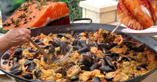 cuisiner une paella paella aux crevettes moules saumon chorizo recette par
