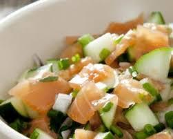cuisiner saumon fumé recette de salade de saumon fumé pomme et concombre