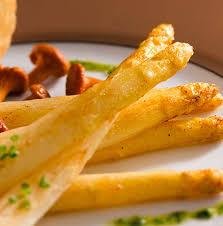 comment cuisiner des asperges blanches asperges blanches et girolles poêlées au beurre noisette priméale