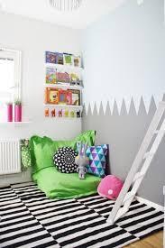 teppich kinderzimmer junge teppich streifenmuster ideen für leseecke im kinderzimmer