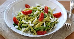 comment cuisiner les courgettes recette zoodle ou spaghettis de courgette au pesto et féta en pas