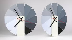 horloge de bureau design horloge analogique transformer blanche monochrome sur fubiz for
