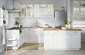 cuisines blanches et bois mignon cuisine blanche et bois clair ensemble accessoires de salle