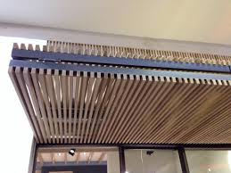 rivestimento listelli legno controsoffitto a doghe verticali in legno listelli di legno