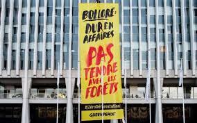 groupe bollor si ge social déforestation greenpeace déploie une banderole devant le siège de