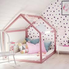 dans une chambre lit cabane dans une chambre d enfants