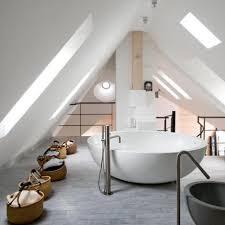 salle de bain dans chambre sous comble lit sous pente de toit salle de bain sous combles dressing sous