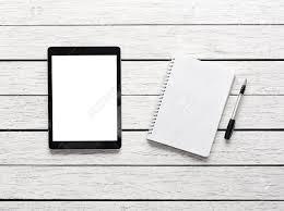 bloc note sur bureau tablette avec bloc notes sur un bureau en bois blanc tracé de