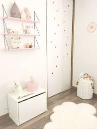 étagères chambre bébé chambre bébé douce comment la créer coussin pois dorés et