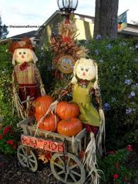 fall yard decoration ideas hay bales scarecrows and silk flowers