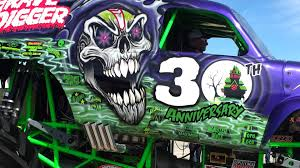 grave digger 30th anniversary monster truck firing up grave digger youtube