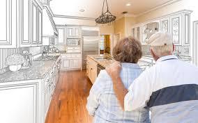 etude cuisine couples supérieurs regardant au dessus du dessin d étude fait sur