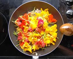 cuisiner les fleurs manger des fleurs et savoir les cuisiner crokfun