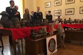 vasi etruschi etruschi in salotto boom di reperti confiscati