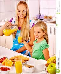 cuisine avec enfant petit déjeuner de famille avec l enfant à la cuisine la maman verse