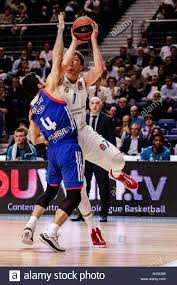 Breaks Away Luka Doncic Real Madrid Baloncesto Breaks Away From The Defence