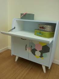 armoire vintage enfant petit meuble chambre il y a mon fauteuil avec mon foulard dessus