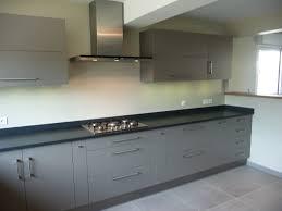 cuisine gris et cuisine bois et noir simple cuisine taupe et bois