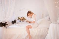 dans sa chambre la femme lit un livre se reposant sur le lit fille dans