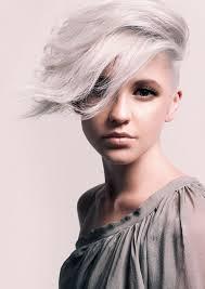 mod le coupe de cheveux femme coiffure rasée sur le côté pour femme aux cheveux argentés