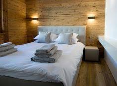 schlafzimmer naturholz einfaches schlafzimmerdesign graue holzwand weißes bettzeug bunte