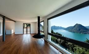 großes bild wohnzimmer großes wohnzimmer mit panoramischem fenster lizenzfreies stockbild