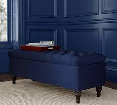 coffre de rangement chambre bout de lit coffre un meuble de rangement astucieux