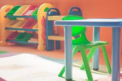 bureau plastique enfant chaise blanche de plastique d enfants photo stock image du