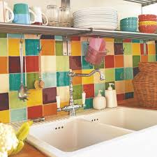Una Cocina De Estilo Retro Y Colores Alegres Ideas Para - Colorful backsplash tiles