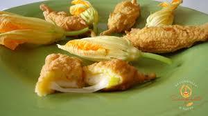 fiori di zucca fritti in pastella fiori di zucca fritti con cuore filante al formaggio scomatto