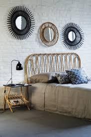 chambre rotin tête de lit en rotin chevet avec plateau noir et les miroirs