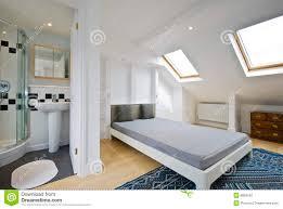 salle de bain dans la chambre suite d en de chambre à coucher de salle de bains image stock