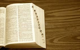 bureau dictionnaire dictionnaire sur le bureau photo stock image du jaune 3786994