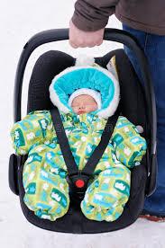 siege de bebe bébé nouveau né dans le siège de voiture image stock image du