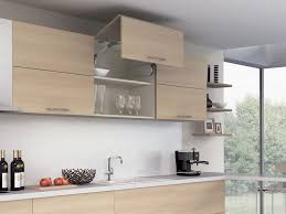 hängeschrank küche glas platzsparende türsysteme für küchenoberschränke ein überblick