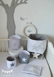 chambre bébé blanc et gris pochons rangement gris blanc argent paillette étoiles décoration