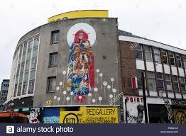 dewitt london street graffiti shoreditch stock photos dewitt japanese woman in traditional costume mural and red gallery advert in shoreditch street london england uk