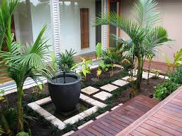 Modern Front Yard Desert Landscaping With Palm Tree And Des Gro Fire To Terrace Yard Design Landscaping And Gardening Design