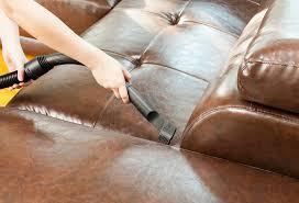 astuce pour nettoyer un canapé en cuir astuces pour nettoyer mon canapé en croûte de cuir trucs et