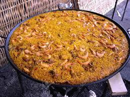 cuisiner une paella cuisiner une paella géante sur la plage de nerja andalousie espagne