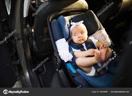 ceinture siege auto bebe petit bébé attaché avec ceinture de sécurité dans le siège auto