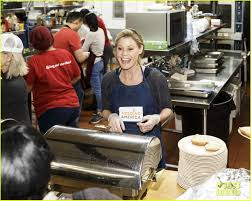 Womens Holidays by Julie Bowen Serves Up Holiday Meals To The Homeless Photo 3535830