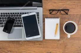 bloc note sur bureau téléphone mobile portable et tablet avec bloc notes sur le bureau